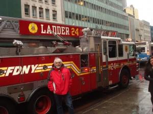 Phil devant camion de pompiers 1