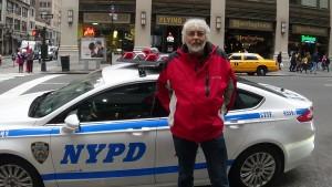 Philippe devant une voiture de police